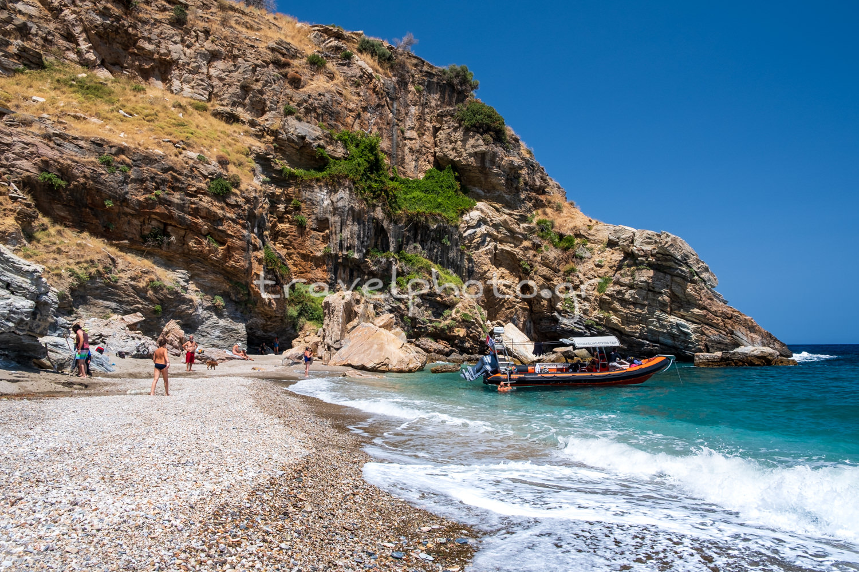 Η παραλία Ζαχαριά στη νότια Εύβοια. περιοχή Κάβο Ντόρο.