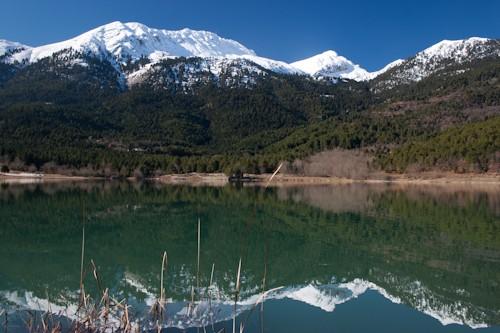Η λίμνη Δόξα. Αντανάκλαση των χιονισμένων βουνοκορφών στα ήρεμα νερά της.