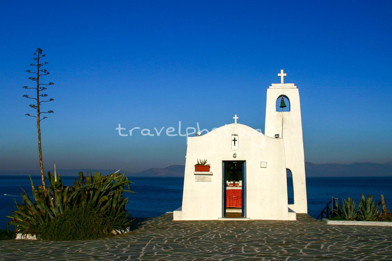 Το εκκλησάκι του Αγίου Νικολάου στη Ραφήνα Αττικής με θέα στον νότιο Ευβοϊκό