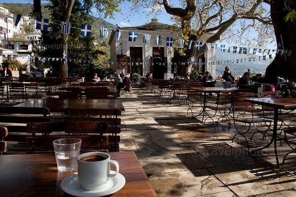Μακρινίτσα, Πλατεία με Ελληνικό καφέ