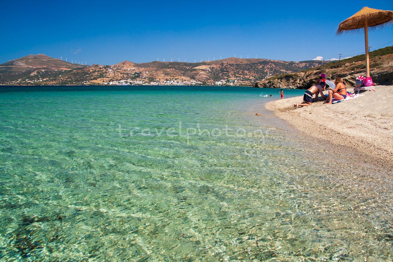 Η παραλία Μεγάλη Άμμος με το Μαρμάρι απέναντι της.