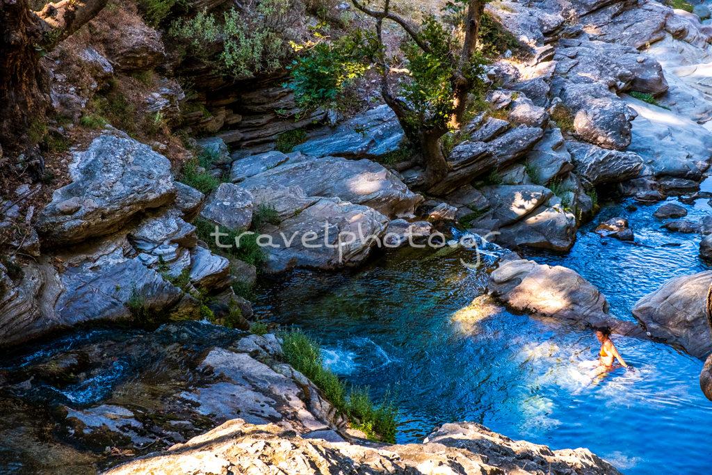 Κολυμπώντας στο φαράγγι του Δημοσάρη και τις βάθρες του