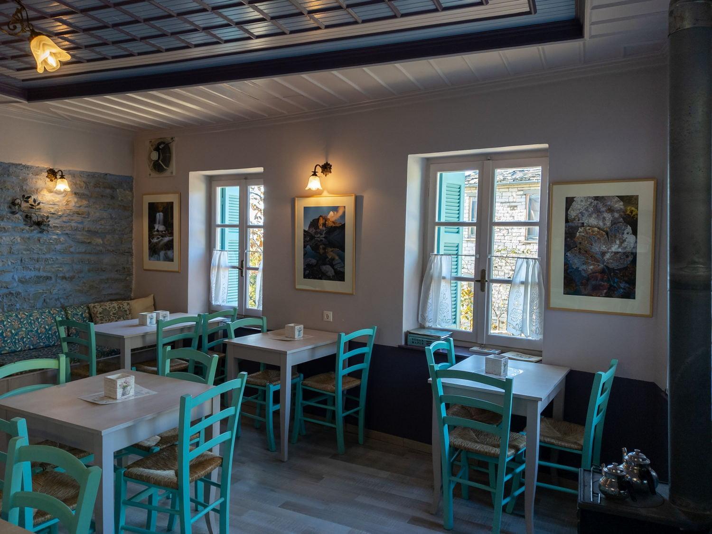 Paradosiako kafeneio Mezaria sto Kapesovo Zagori